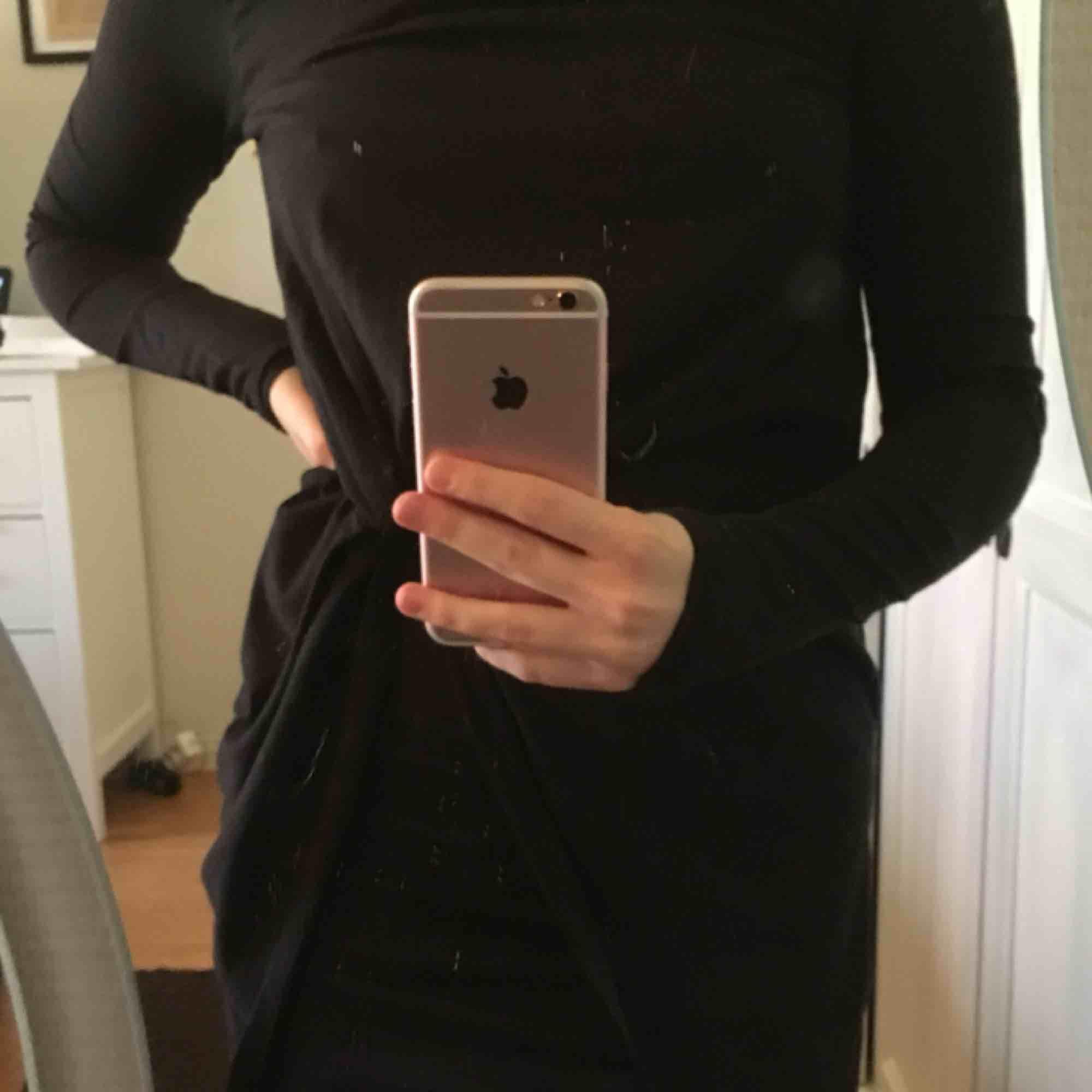 En jättefin festlig klänning som tyvärr inte kommer till användning!  Använd 1 gång Frakt: 40kr. Klänningar.