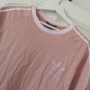 Använd adidas t-shirt! Den har blivit lite missfärgad pga tvättning på märket men det är inget som gör något tycker jag! Lika fin ändå! Annars i väldigt fint skick; inga hål eller så! 🌷🥰🌺