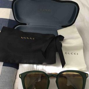 Jättefina Gucci solglasögon helt klart äkta , helt nya inte använda inköpta förra året 2018 som present därför har inte jag kvitto kvar ..  vill man ha det skickat får man stå för frakt själv ..