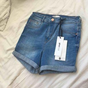 Molly highwaist shorts (Ljusblåa). Mycket stretch. De är aldrig använda därav prislappen som sitter kvar. Köparen står för frakten om plagget behövs fraktas❤️