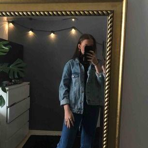 Ljusblå jeansjacka i storlek M. Köpt på Monki, Toppenskick! Köparen står för frakt.