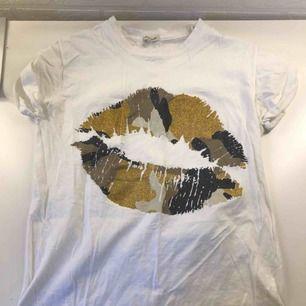 En vit t-shirt med puss muns märke på bröstet Helt ny Från river island