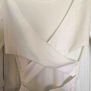 Jättefin figurnära klänning som passar perfekt till student/konfirmation!  Använd 1 gång Frakt  40kr