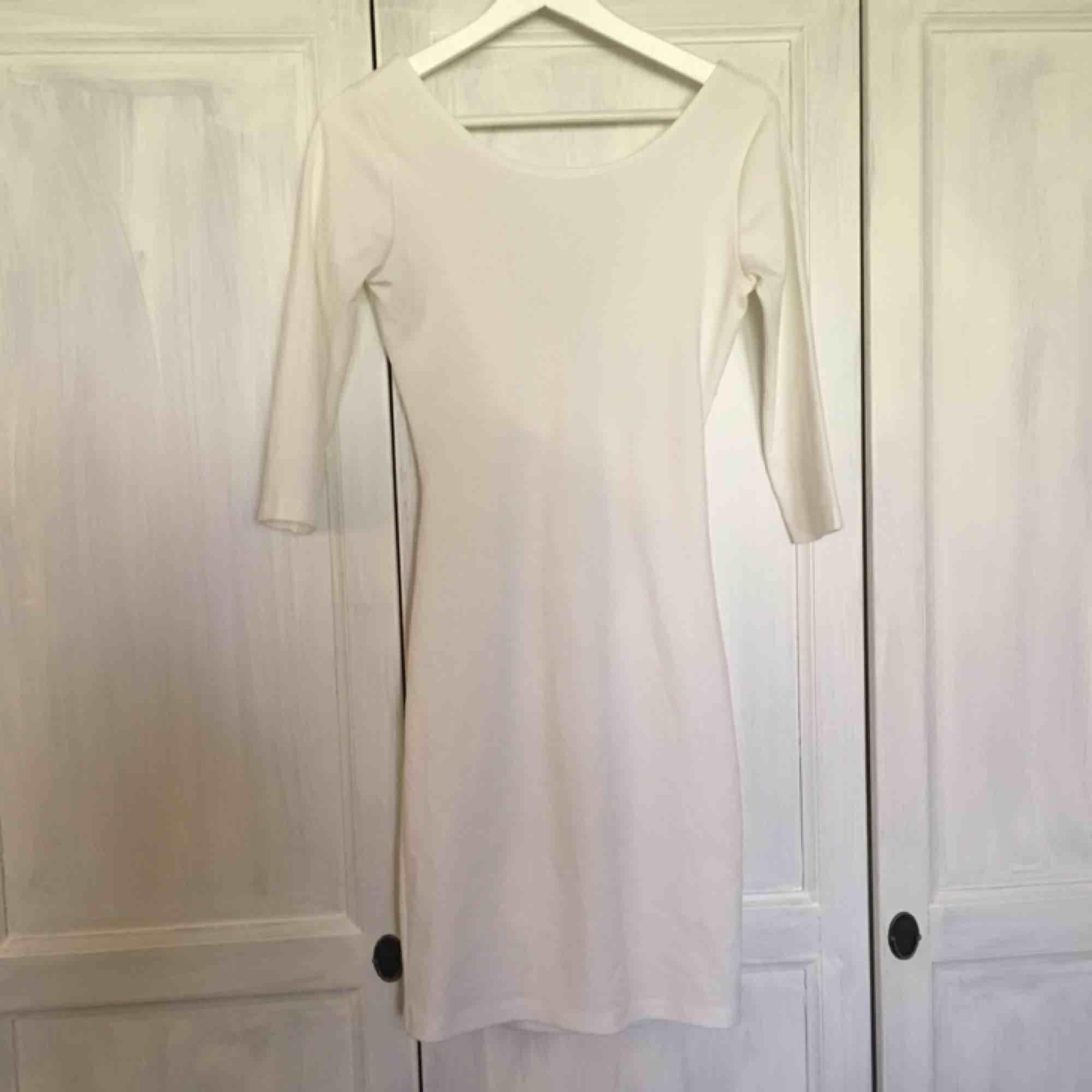 Jättefin figurnära klänning som passar perfekt till student/konfirmation!  Använd 1 gång Frakt  40kr. Klänningar.