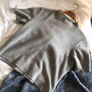 Snygg grå kortärmad tröja från ZARA. Storlek M men passar mer S/M. Kommer tyvärr inte till användning :/ Kan mötas upp i Lund eller skickas mot fraktkostnad på 50kr