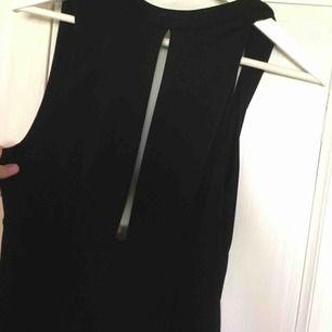 Jättesöt jumpsuit som aldrig är använd. Öppen rygg och öppen framsida!  Frakt inkl