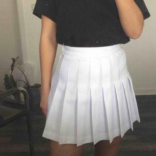 american apparel-kjol, väldigt sparsamt använd. strl XS men vääldigt liten i storleken, typ XXS. ca 61 cm i midjan. frakt ingår.