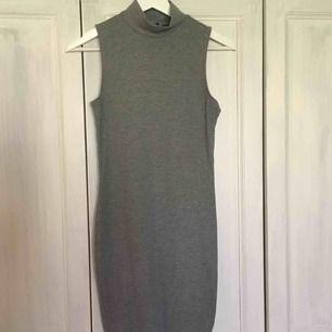 Frakt inkl En helt vanlig gråklänning som inte kommer till användning!