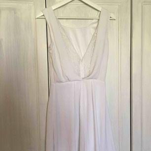 Jättesöt vit klänning som är perfekt till studenten eller andra tillfällen!  Frakt 40kr