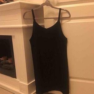 Svart klänning köpt från Sydkorea säljes pga ingen användning. FRI FRAKT