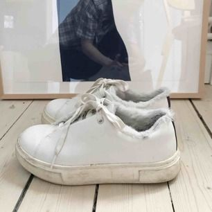Vita Doja från Eytys, stl 37. Unik modell med fuskpäls på insidan av skorna. Äkta skinn. Sparsamt använda.