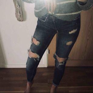 Lågmidjade håliga jeans från Gina tricot strl 32, för små för mig. De är i gott skick, inga defekter eller liknande. Jag har vikt upp de på bild 1 men det gör man som man vill! Swish som gäller!💋