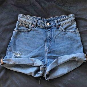 Högmidjade jeansshorts från MONKI. Storlek 28 (passar en S/M, en xs med skärp) Knappt använda. Går att vika ner kanterna.