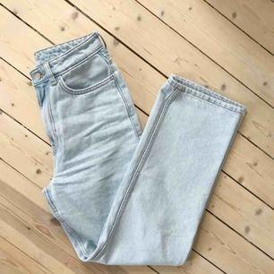 Row sing blue jeans från Weekday, stl 26/30. Vårens modell. Använd endast två gånger då jag köpte fel storlek. Superfint skick!     https://www.weekday.com/en_sek/women/categories/jeans/product.row-sing-blue-jeans-blue.0711276001.html
