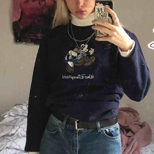 Blå sweatshirt köpt från beyond retro. Skulle säga att den är mer S än M.