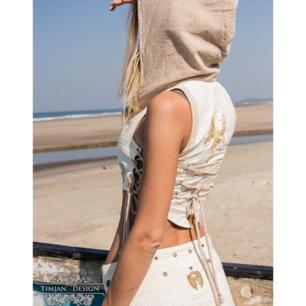 Aldrig använd TIMJANDESIGN lotus väst! Jättefin med off-white-blå-randig luva och brodering på rygg! Perfekt till vit klänning eller för utklädnad! Nypris ca 650 kr. 🌻