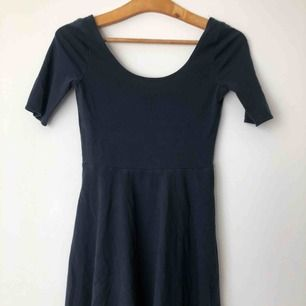Supersöt marinblå klänning från Abercrombie and fitch barnavdelning med trekvartsärmar och djup rygg och urringning. Den slutar under rumpan på mig som är 162 cm lång. Den är i storleken kids M men passar som en 32