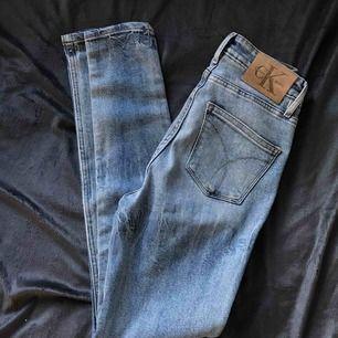 Högmidjade med snyggaste passformen. Jeans från Calvin Klein. Passar en 25/26 (S). Använda 1 gång, köpta för 1200