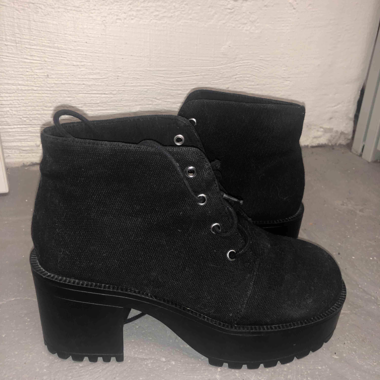 Mini heeled boots. Skor.