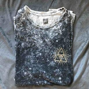 Kortärmad asfet tröja från HUF. Jag har använt den som T-shirt klänning (är 169), vore även snygg croppad!