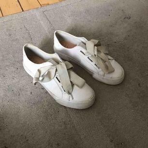 Jätte snygga skor ifrån Pull and Bear! Använda fåtal gånger men det ända som egentligen är smutsigt på dem är snörena vilka jag enkelt kan tvätta innan jag skickar iväg skorna. Annars är dem i skin imitation vilket gör dem väldigt lätta rengöra!