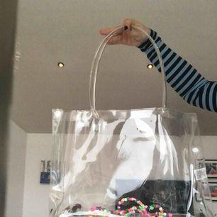 Säljer denna genomskinliga plastväskan från Gina Tricot, använd 1 gång men inte min stil. Många är intresserade så högsta pris är 300kr just nu!