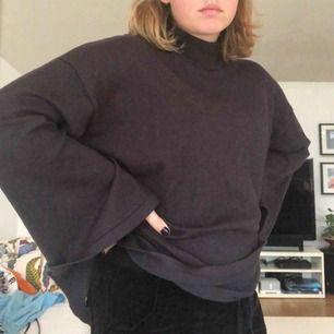 Säljer denna grå/bruna tröja från Lindex i storlek M, hur skön som helst men får ingen användning av den