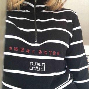 Säljer denna tjocktröjan från sweetsktbs x helly Hansen, i storlek M. Hur snygg och skön som helst men för inte användning av den