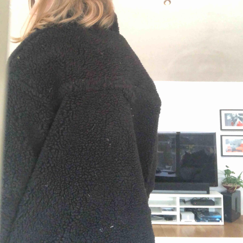 0e327271 ... Teddy jakke fra Monki i størrelse M, er støvet på billederne, men  selvfølgelig retter