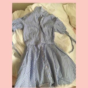 Sjukt söt klänning, i storlek M men passar perfekt på S också då jag haft den och jag har storlek S🌸 - Sjukt fint skick! - Möts upp inom stockholm💖