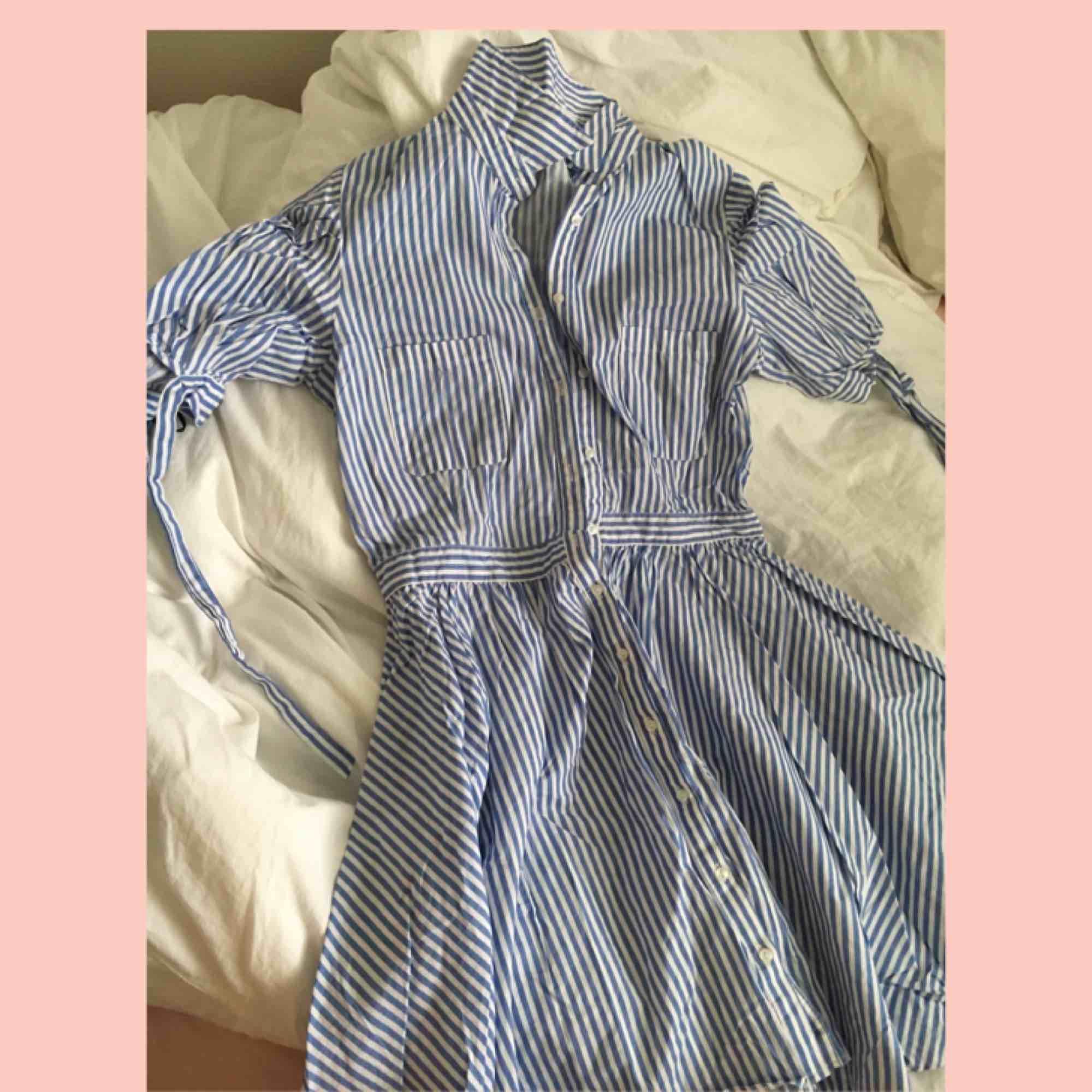 Sjukt söt klänning, i storlek M men passar perfekt på S också då jag haft den och jag har storlek S🌸 - Sjukt fint skick! - Möts upp inom stockholm💖. Klänningar.