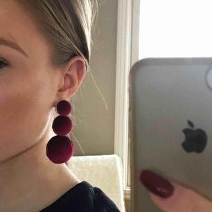 Säljer ett par örhängen från Zara. Frakt ingår!
