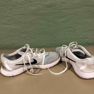 Nike skor. Blöta på bilden, därav lite mörka