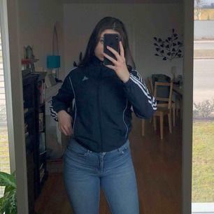 Suuperfin adidas zip up!!! Sååå snygg, marinblå med vita och baby blå detaljer. Skriv om du har några frågor! :) frakt: 56kr