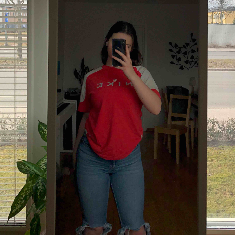 Suuuper snygg nike T-shirt! Sitter såå snyggt. Skriv om du har några frågor :) frakt: 18kr. T-shirts.