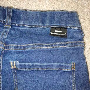 Dr Denim bootcut jeans. Inköpta på Holmlunds i Uppsala. Jeansen har inte kommit till användning mycket alls. Mycket bra skick :) 200kr + frakt