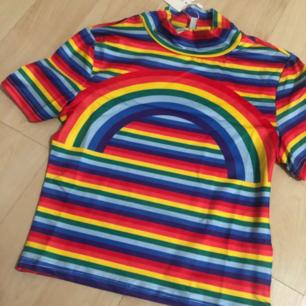 Finaste tröjan i regnbågens alla färger. Frakt ingår ❣