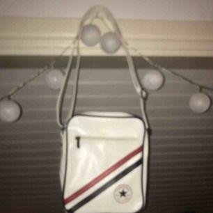Converse axelrems väska med justerbar rem, sparsamt använd. 🥰