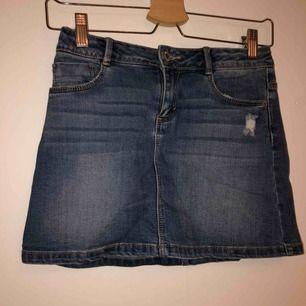 Säljer en jeans kjol från Zara kids med en slitning i fram. Bra skick. Betalning sker via swish och köparen står för frankten.