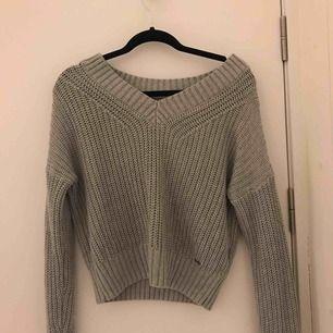 En stickad tröja från Hollister i storleken XS och har använt den några gånger.