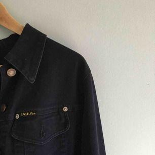 Riktigt mörkblå (ser nästan svart ut) jeansjacka, strlk S. (Frakt ingår ej)