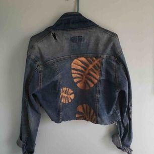 Cropad jeansjacka med print som jag själv har målat. Har en liten reva i ena axeln, enkelt att sy ihop men jag har bara varit för lat, hehe. (Frakt ingår ej)