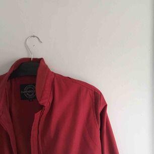 Röd jacka från 80-talet. En liten reva i ena fickan. (frakt ingår ej)