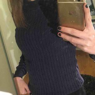 Mörkblå kabelstickad tröja från gina. Sparsamt använd så den är i bra skick! Skriv privat för fler bilder/frågor!💖 Frakt betalas av köpare!💖
