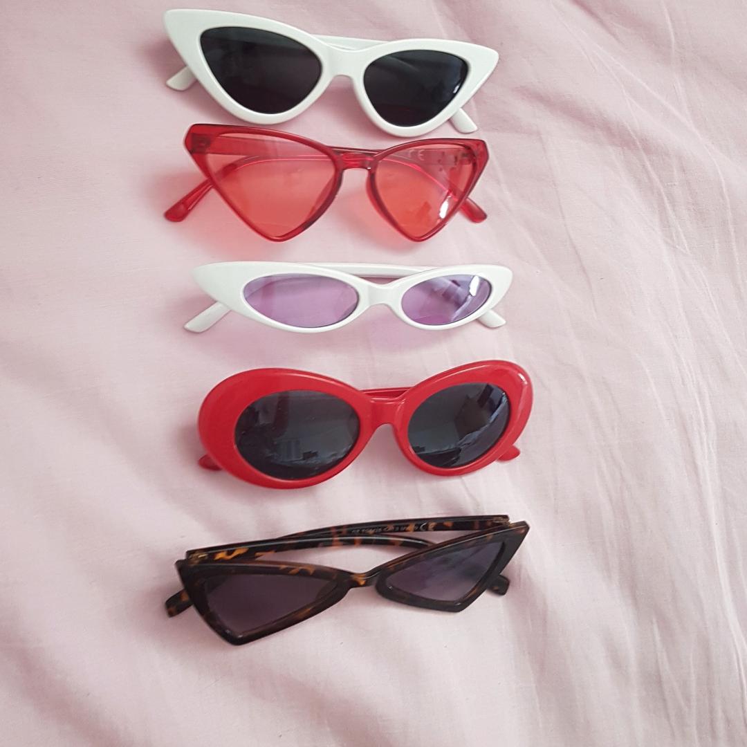 Solbrillor Vita: 40 kr (SÅLDA) Röda genomskinliga: 50 kr (SÅLDA) Lila: 50 kr (SÅLDA) Röda: 100 kr  Bruna: 40 kr (Högsta bud: 80 kr inkl frakt)  . Accessoarer.