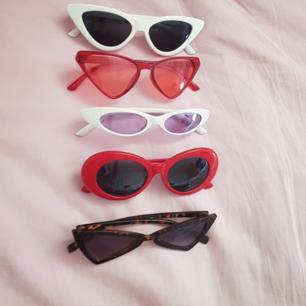 Solbrillor Vita: 40 kr (SÅLDA) Röda genomskinliga: 50 kr (SÅLDA) Lila: 50 kr (SÅLDA) Röda: 100 kr  Bruna: 40 kr (Högsta bud: 80 kr inkl frakt)