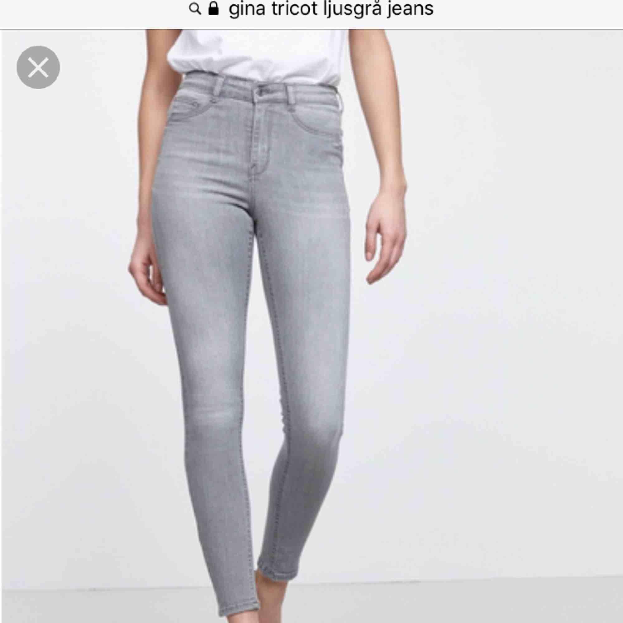 Säljer mina ljus grå jeans från Gina tricot pga dom har tyvärr blivit för små Köparen står för frakt annars kan jag mötas upp i Skåne . Jeans & Byxor.