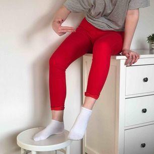 Supercoola röda högmidjade stretchiga jeans från Cubus.
