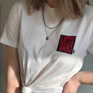 Cool t-shirt från VANS med ett större tryck på ryggen och ett mindre på framsidan. Kan antingen mötas i Lund eller skickas mot en kostnad ❤️