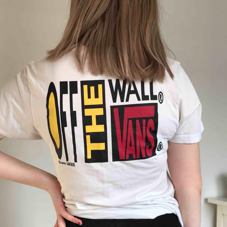 Cool t-shirt från VANS med ett större tryck på ryggen och ett mindre på framsidan. Kan antingen mötas i Lund eller skickas mot en kostnad ❤️. T-shirts.